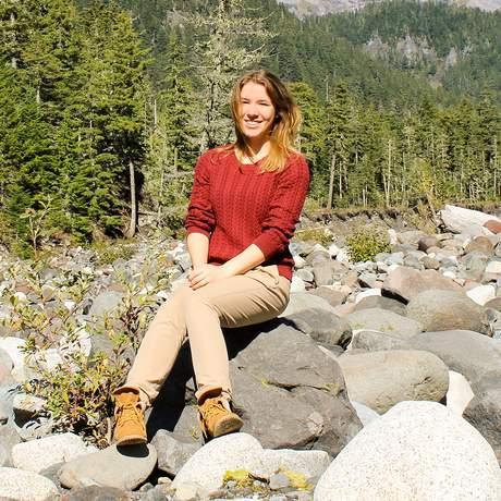 Mitarbeiterin Laura vor dem Mount Rainier in Washington