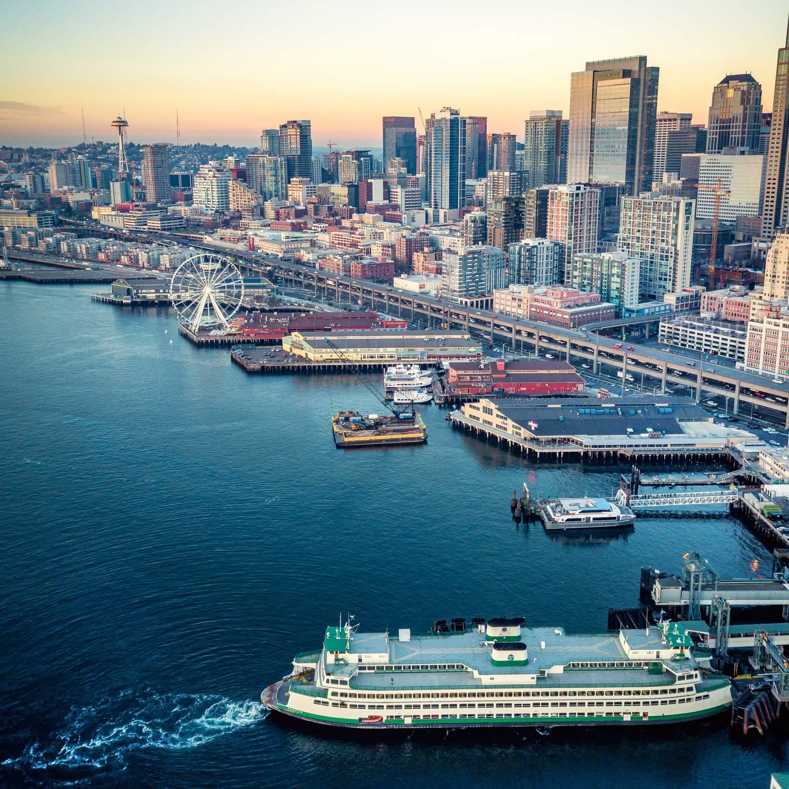 Eine Luftaufnahme des Hafens von Seattle bei leichter Dämmerung