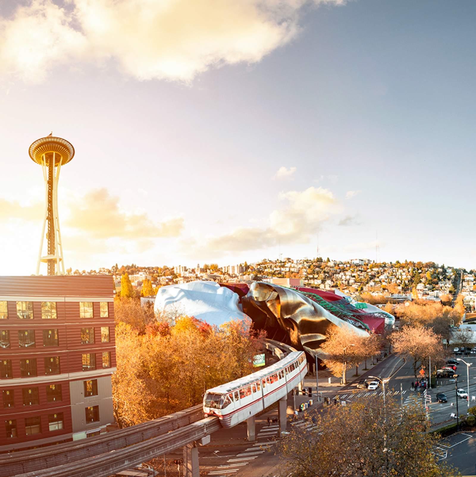 Eine Monorail Bahn fährt in das Museum of Pop Culture in Seattle