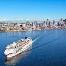 Die Norwegian Jewel verlaesst das Bell Street Pier Cruise Terminal