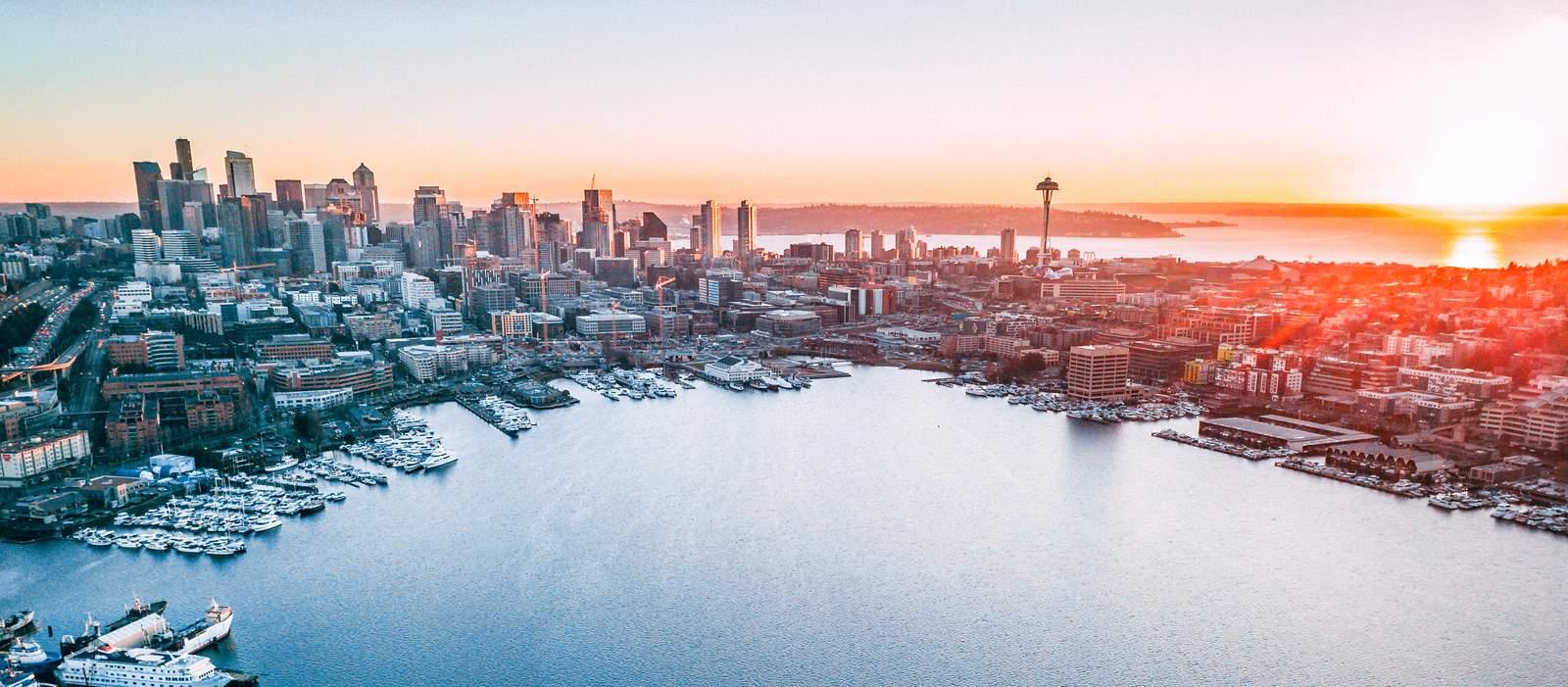 Die vom Sonnenuntergang getränkte Skyline von Seattle