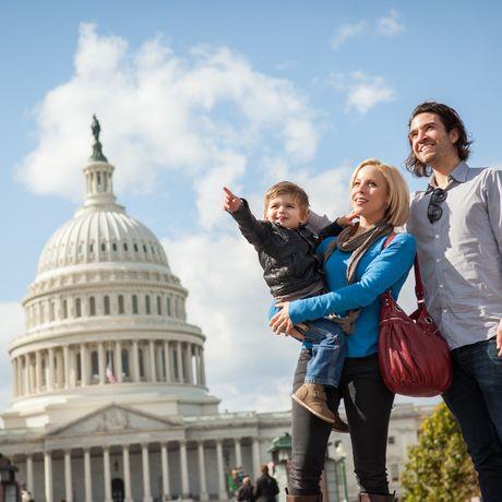 Familie vor dem Kapitol