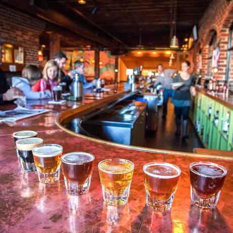 Bierverkostung in einer Bar in Virginia