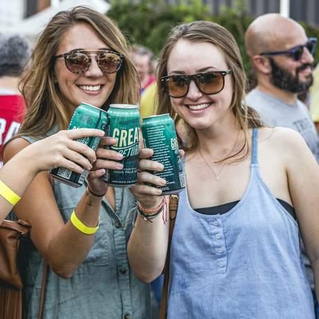 Freundinnen haben Spaß während der Craft Beer Tour in Virginia