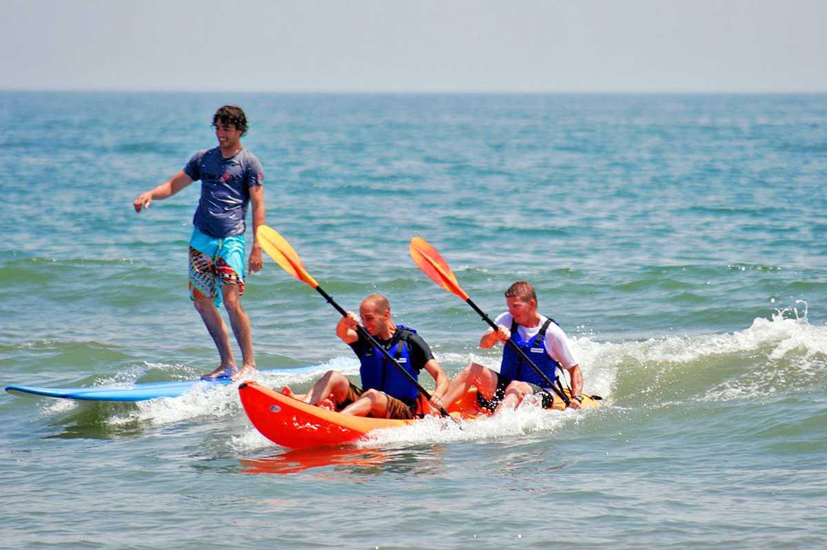 Surfer und Kajakfahrer auf dem Atlantik