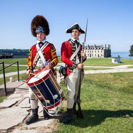 Historisch gekleidete britische Soldaten vor der Fort Niagara im US-Bundesstaat New York