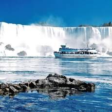 Ausflugsschiff vor den Niagara-Faellen