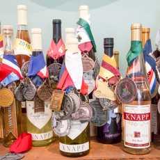 Mit Preisen behangene Weine aus dem Finger Lakes Weinanbaugebiet im Bundesstaat New York
