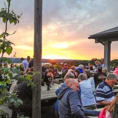 Abendstimmung auf dem Sunset Brew Deck des Wagner Vineyards im US-Bundesstaat New York