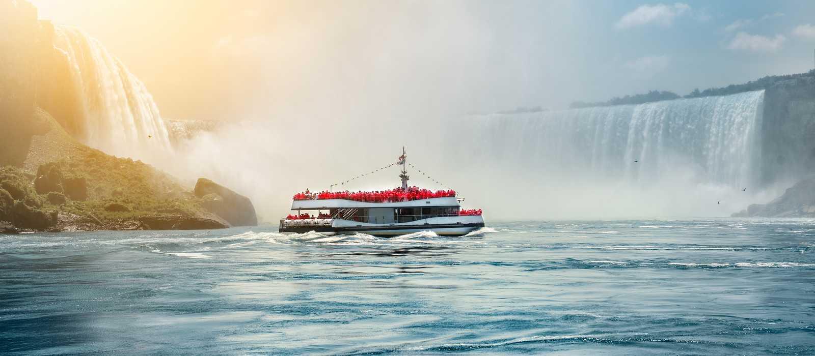 Ein Boot der Hornblower Niagara Cruises vor den Niagarafällen