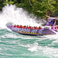 Ein Boot der Whirlpool Jet Boat Tours in wilden Gewässern des Bundesstaates New York