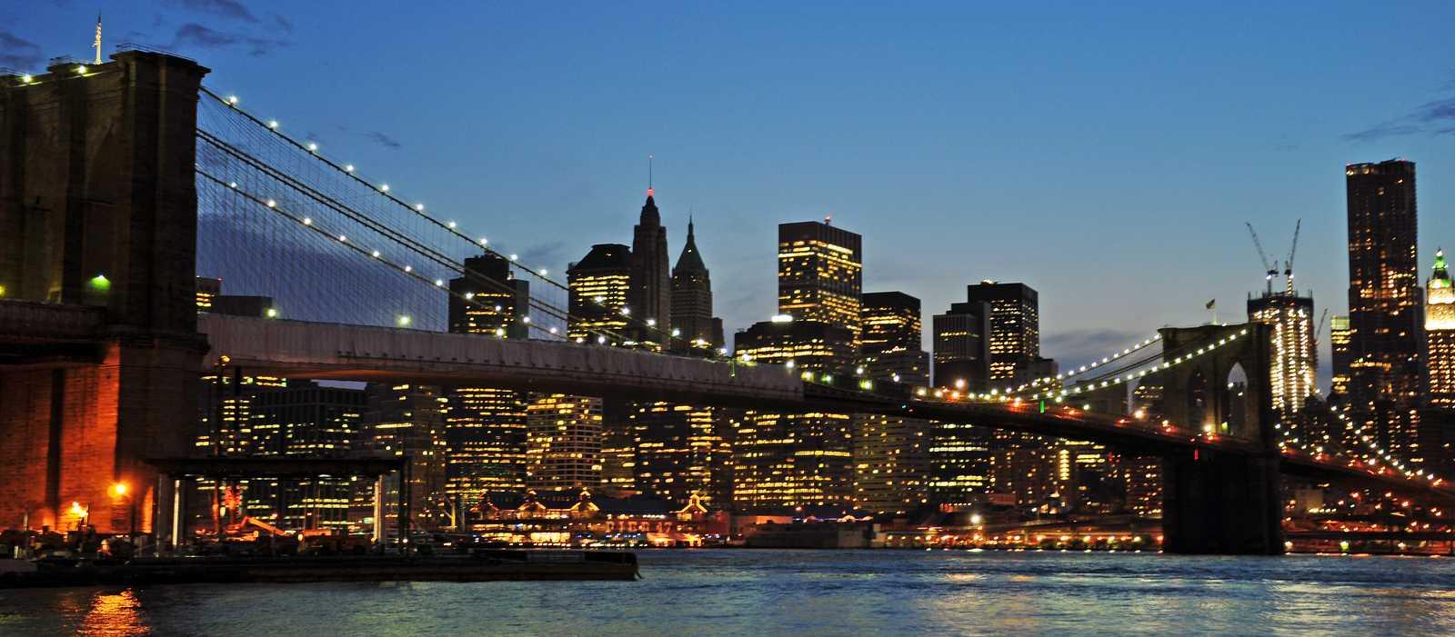 Blick auf Manhattans Skyline vom Brooklyn Bridge Park aus, unterhalb der Brücke