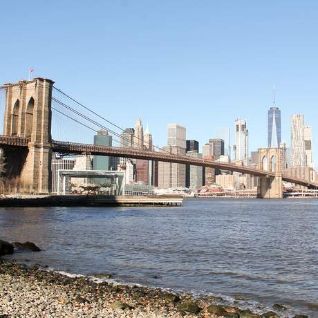 Die Brooklyn Bridge in New York City mit der Skyline von Manhattan