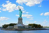 Blick auf Liberty Island mit der Freiheitsstatue, New York City, New York, USA
