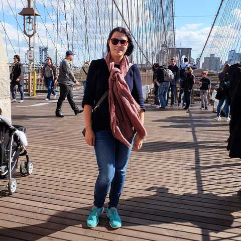 Mitarbeiterin Marie in New York City auf der Brooklyn Bridge