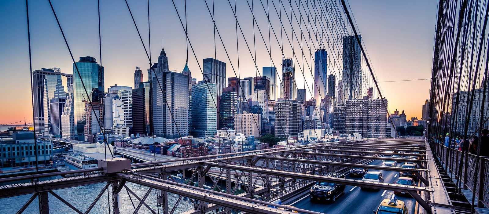 Die Brooklyn Bridge am Abend in Manhattan