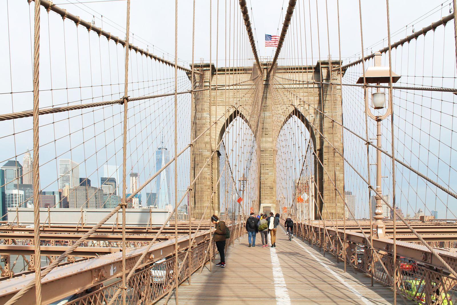 Spaziergang auf der Brooklyn Bridge, Manhattan, Brooklyn, New York