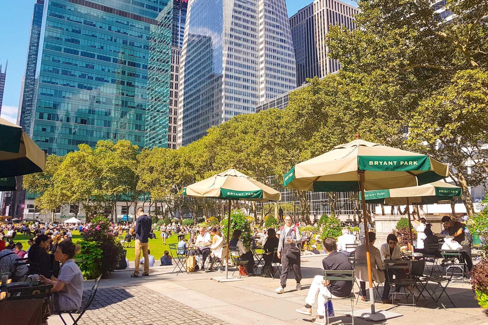Der Bryant Park, eine kleine Oase in Manhattan, New York
