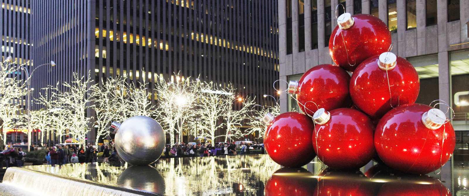 Weihnachtskugeln in der 6th Avenue