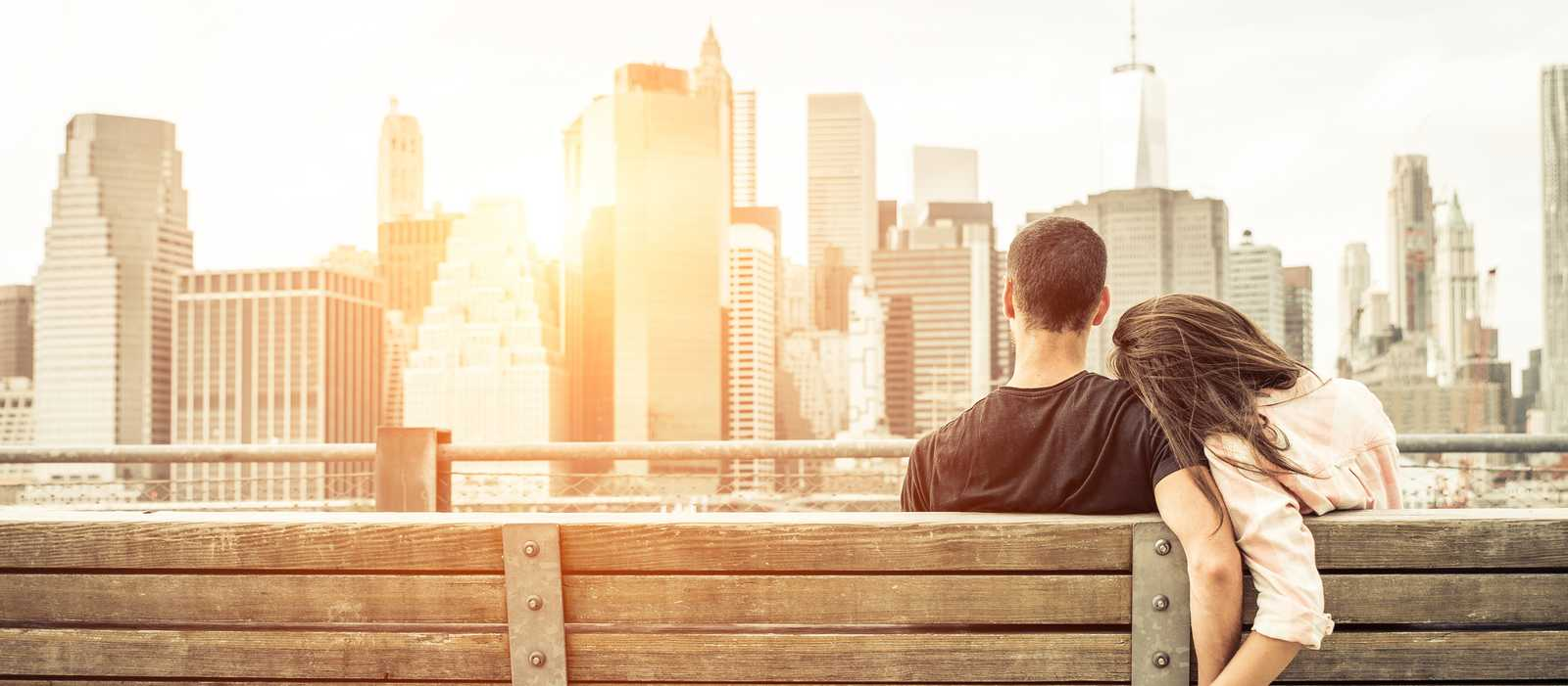 Pärchen auf einer Bank vor der New Yorker Skyline