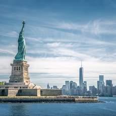 Die Freiheitsstatue mit der Manhattaner Skyline im Hintergrund