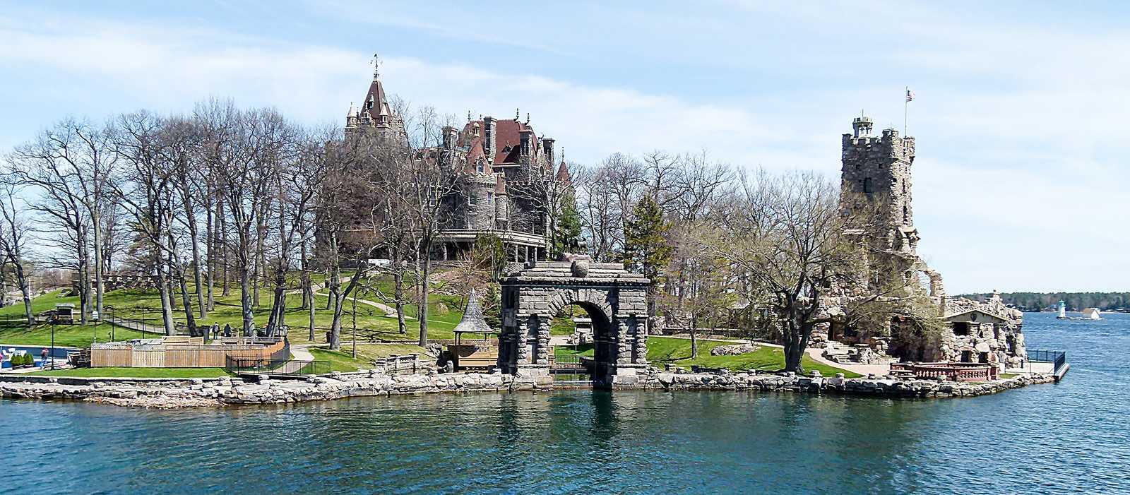 Boldt Castle im Hintergrund