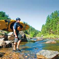 Ein Kayakfahrer im Cache la Poudre River bei Fort Collins, Colorado