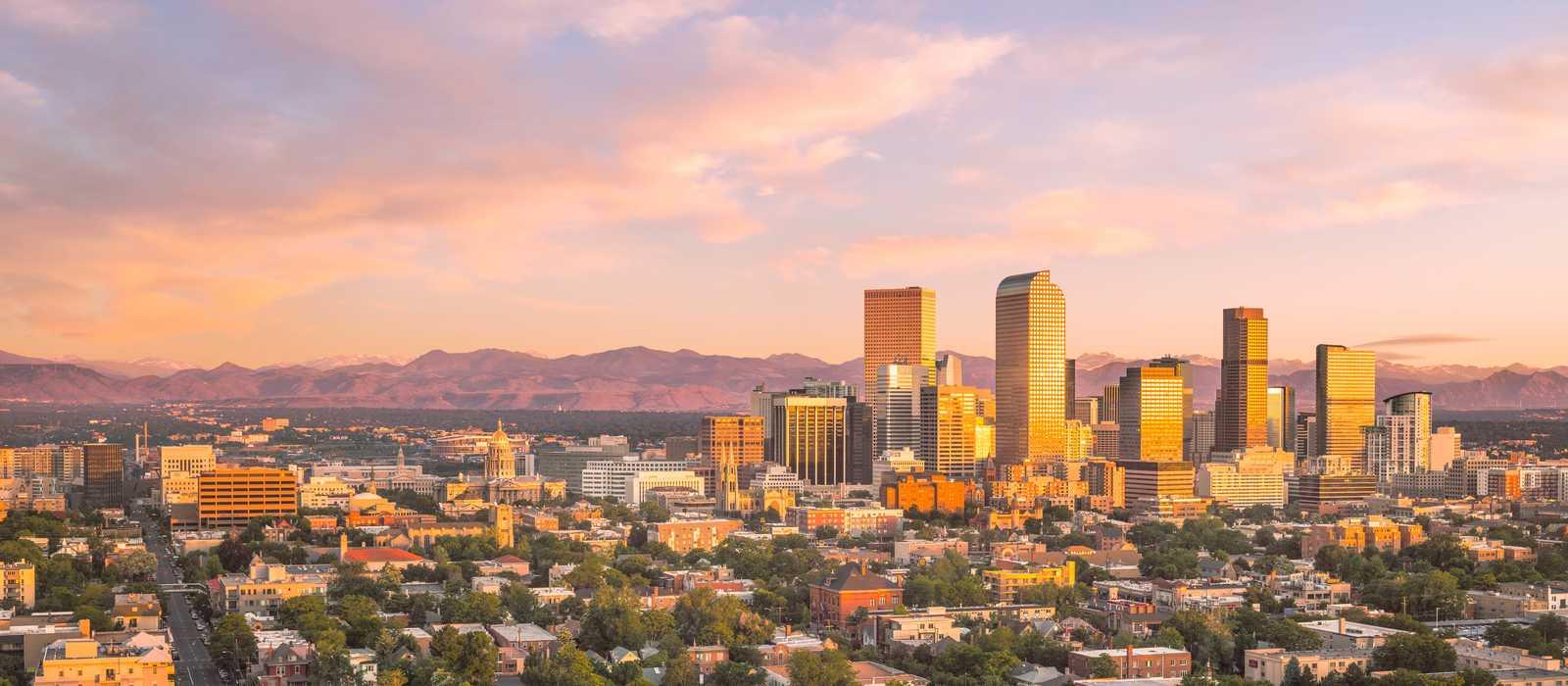 Die Skyline von Denver bei Sonnenuntergang