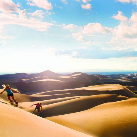 Sandboarding im Great Sand Dunes National Park; Colorado