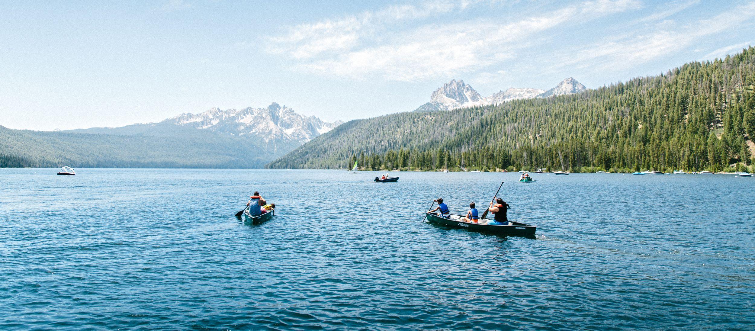 Mit dem Kanu lässt sich der Redfish Lake in Idaho hervorragen erkunden