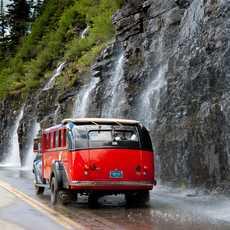 Bus auf der Going-to-the-Sun Road, Glacier National Park