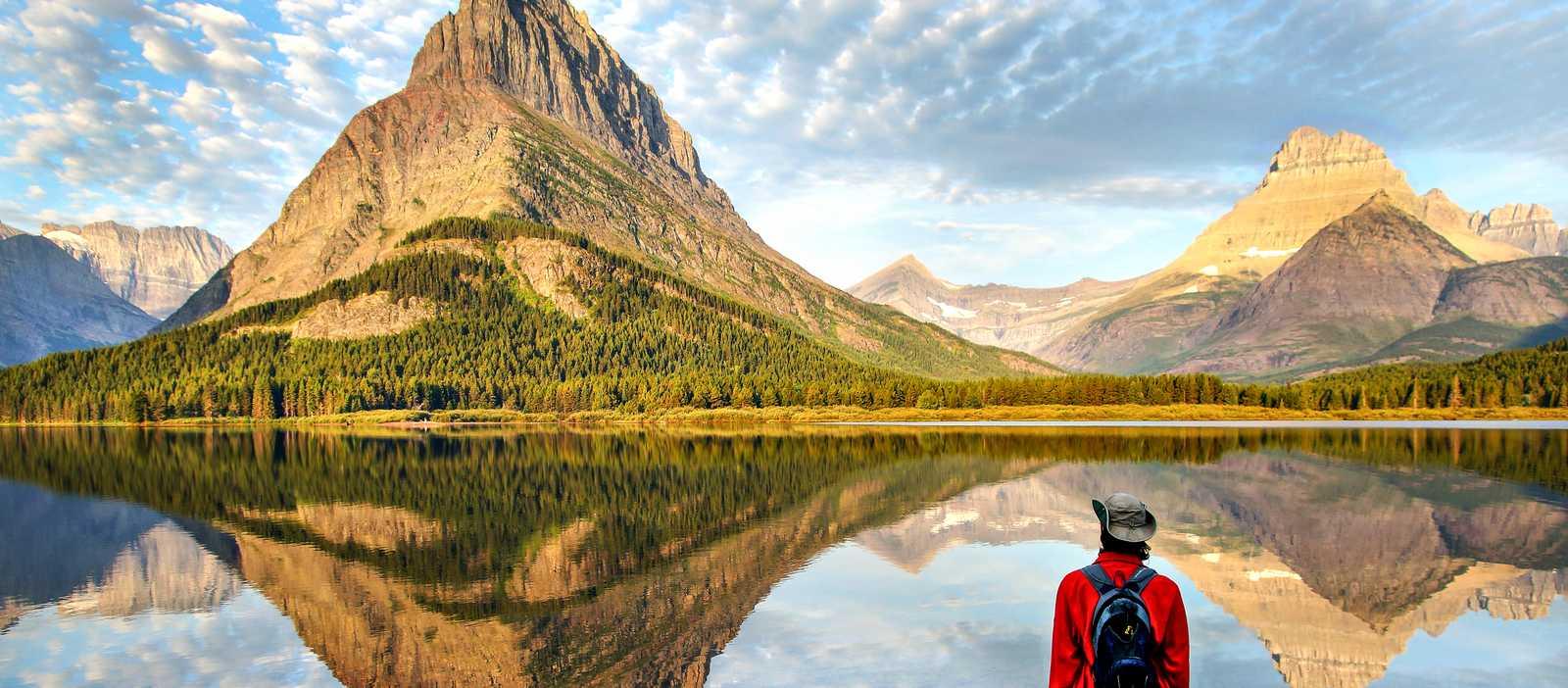 Ein Wanderer am Hidden Lake im Glacier-Nationalpark in Montana