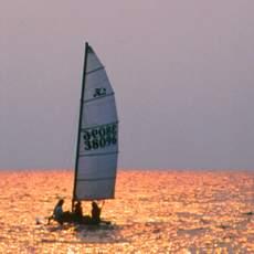 Dem Sonnenuntergang auf dem Lagoon-See entgegensegeln
