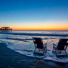 Zwei Klappstühle an der Küste von Georgia