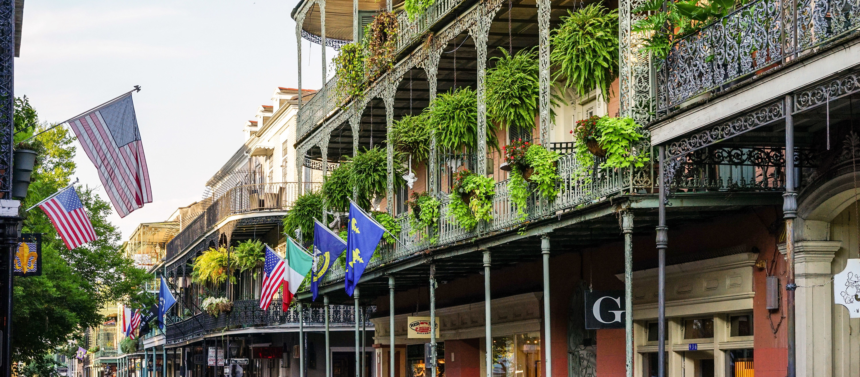 Das French Quarter in New Orleans ist bekannt für sein pulsierendes Nachtleben und die bunten Häuser mit gusseisernen Balkonen