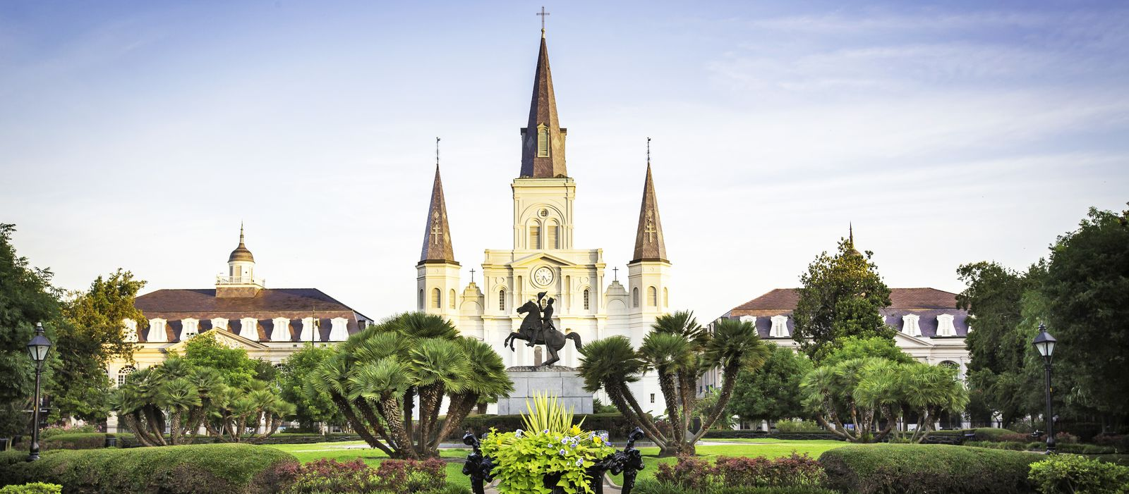 St. Louis Cathedral und Andrew Jackson Statue auf dem Jackson Square im French Quarter in New Orleans, Luisiana