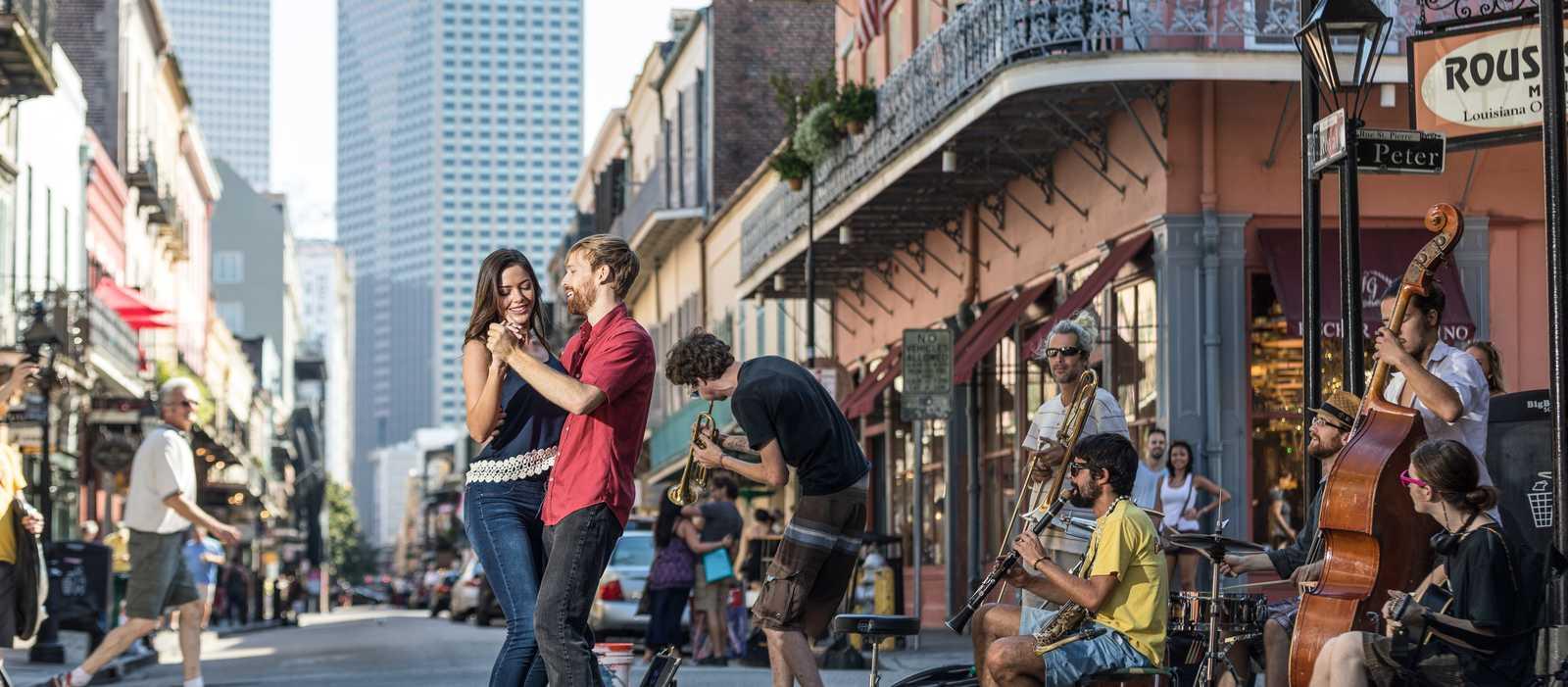 Tanzen zur Livemusik auf der Royal Street in New Orleans