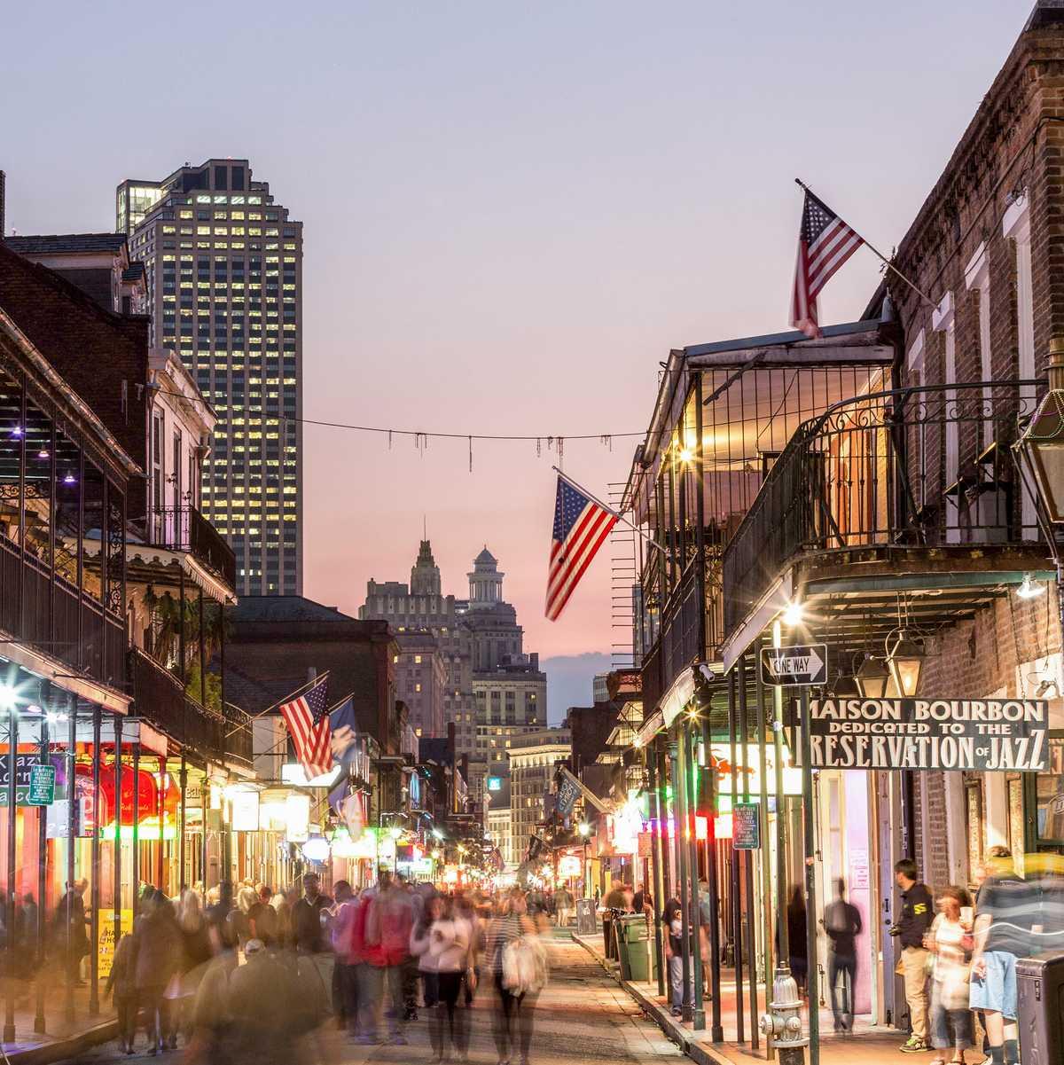 Die Bourbon Street in New Orleans bei vorangeschrittener Abenddämmerung