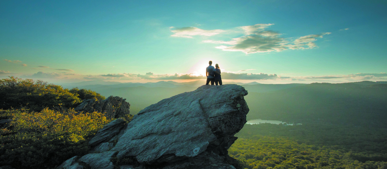 Ein Paar genießt den Ausblick im Grandfather Mountain State Park