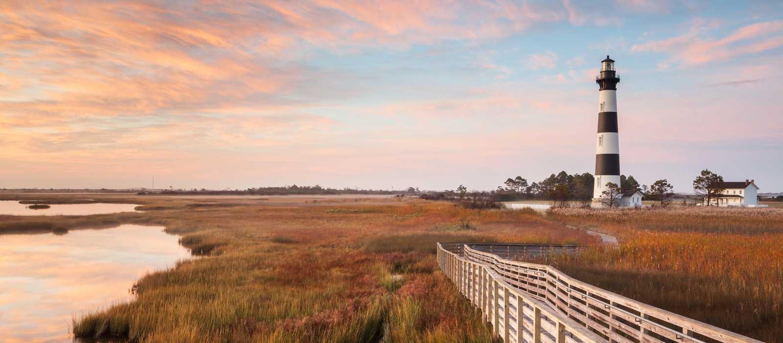 Blick auf den Leuchtturm von Bodie Island an der Cape Hatteras National Seashore in North Carolina