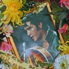 Elvis-Bild und Blumen in Graceland