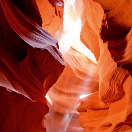 Die Sonne scheint direkt in den Antelope Canyon
