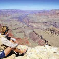 Frau schaut ueber den Grand Canyon