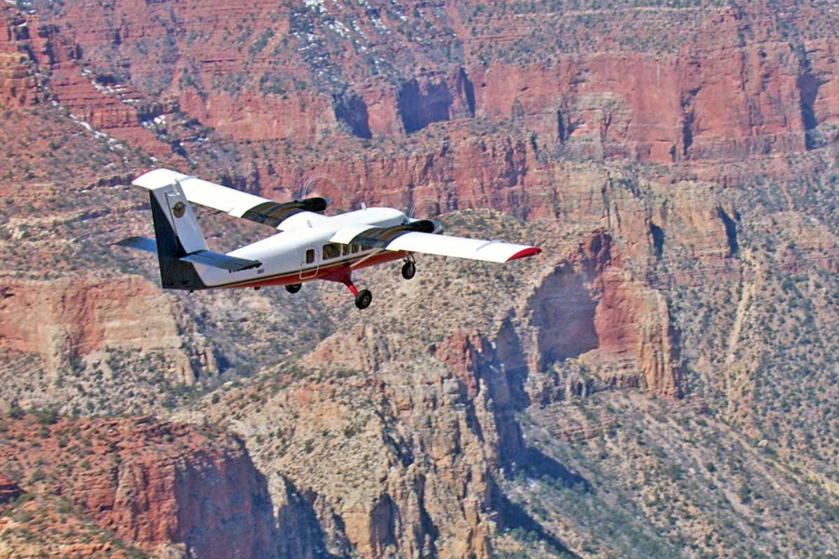Maschine der Scenic Airlines ueber dem Canyon