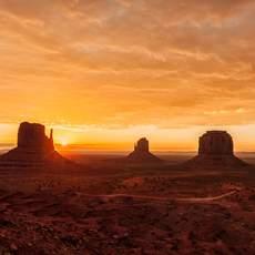 Tief stehende Sonne über dem Monument Valley