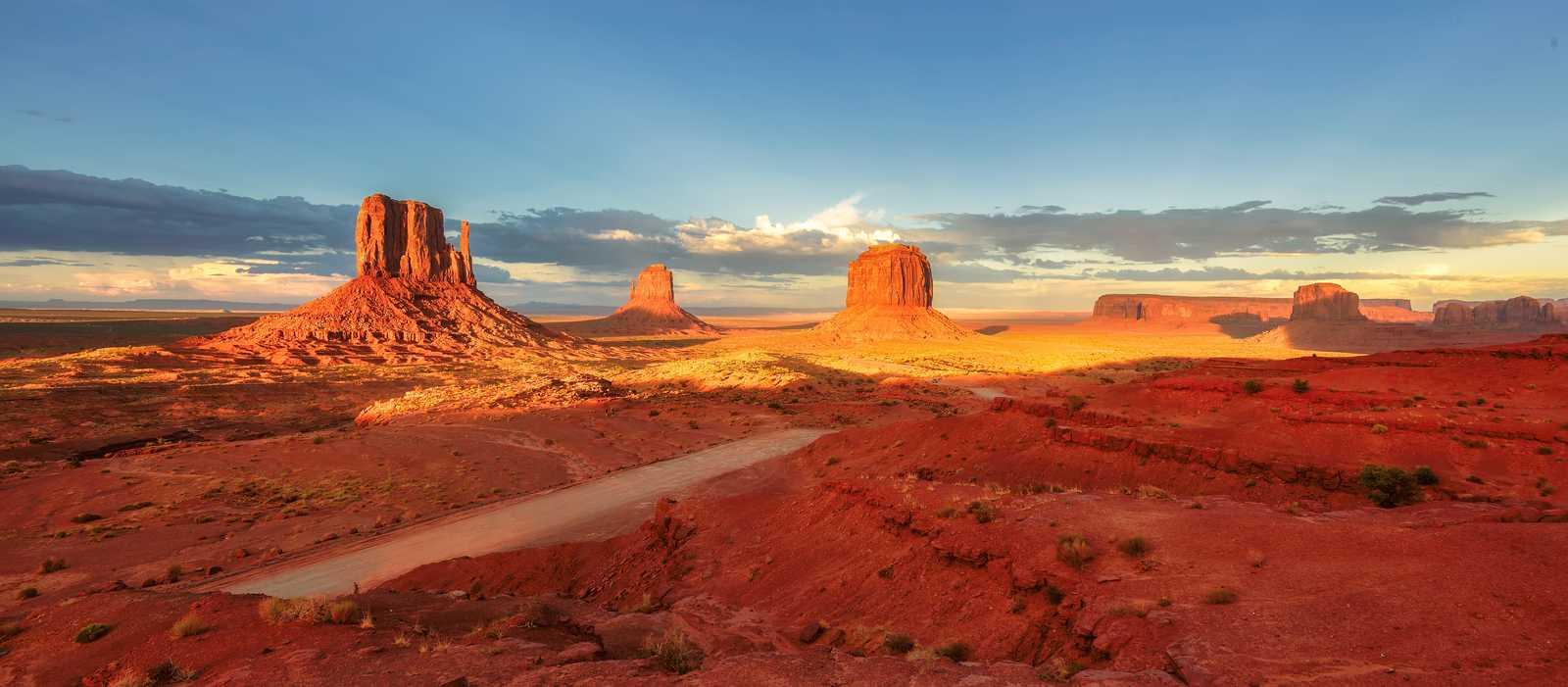 Ausblick auf das Monument Valley bei Sonnenuntergang