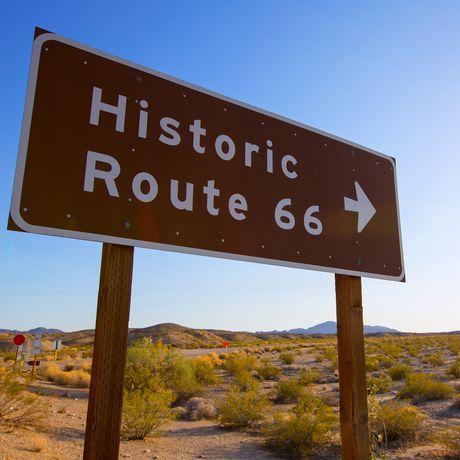 Historisches Strassenzeichen an der Route 66 in Mohave Desert, Kalifornia