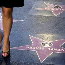 Eine Frau läuft über den Walk Of Fame in Los Angeles
