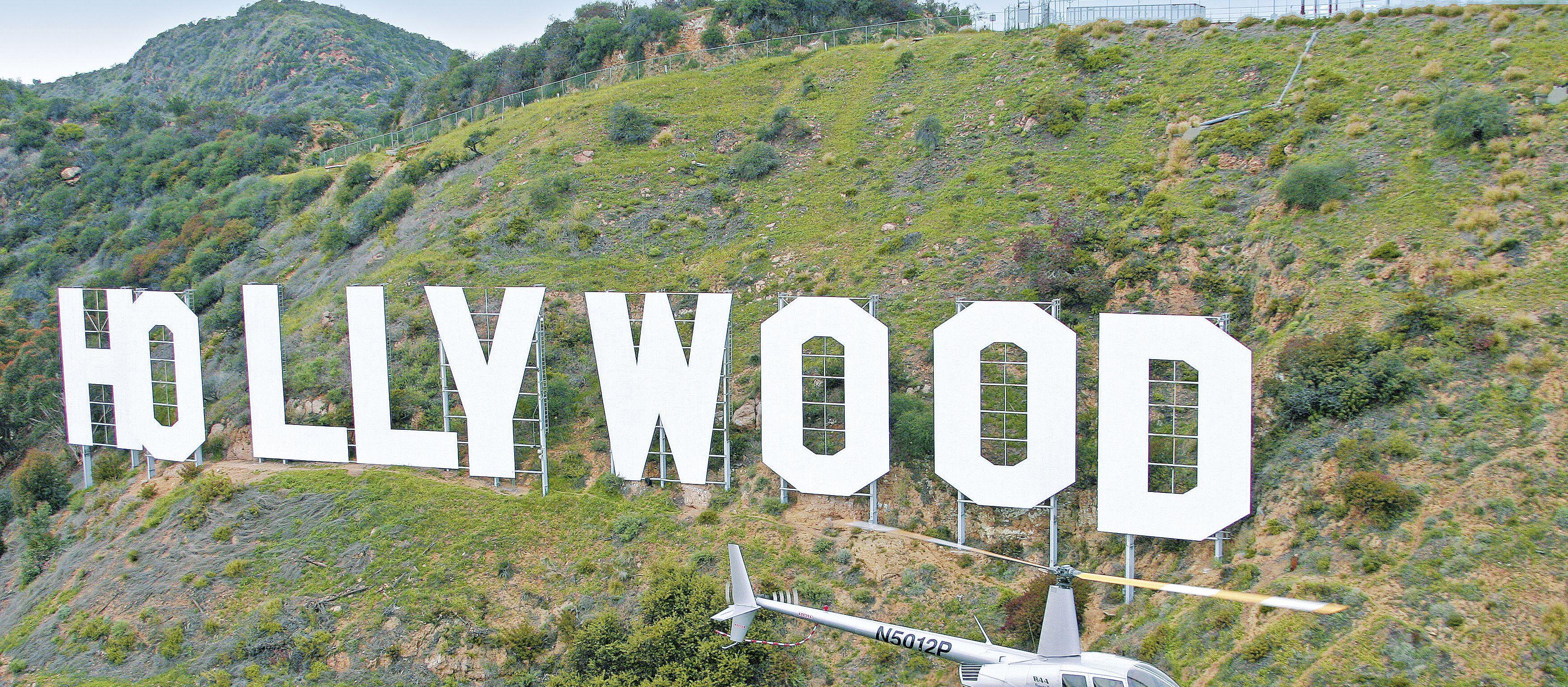 Helikopter vor Hollywood Sign