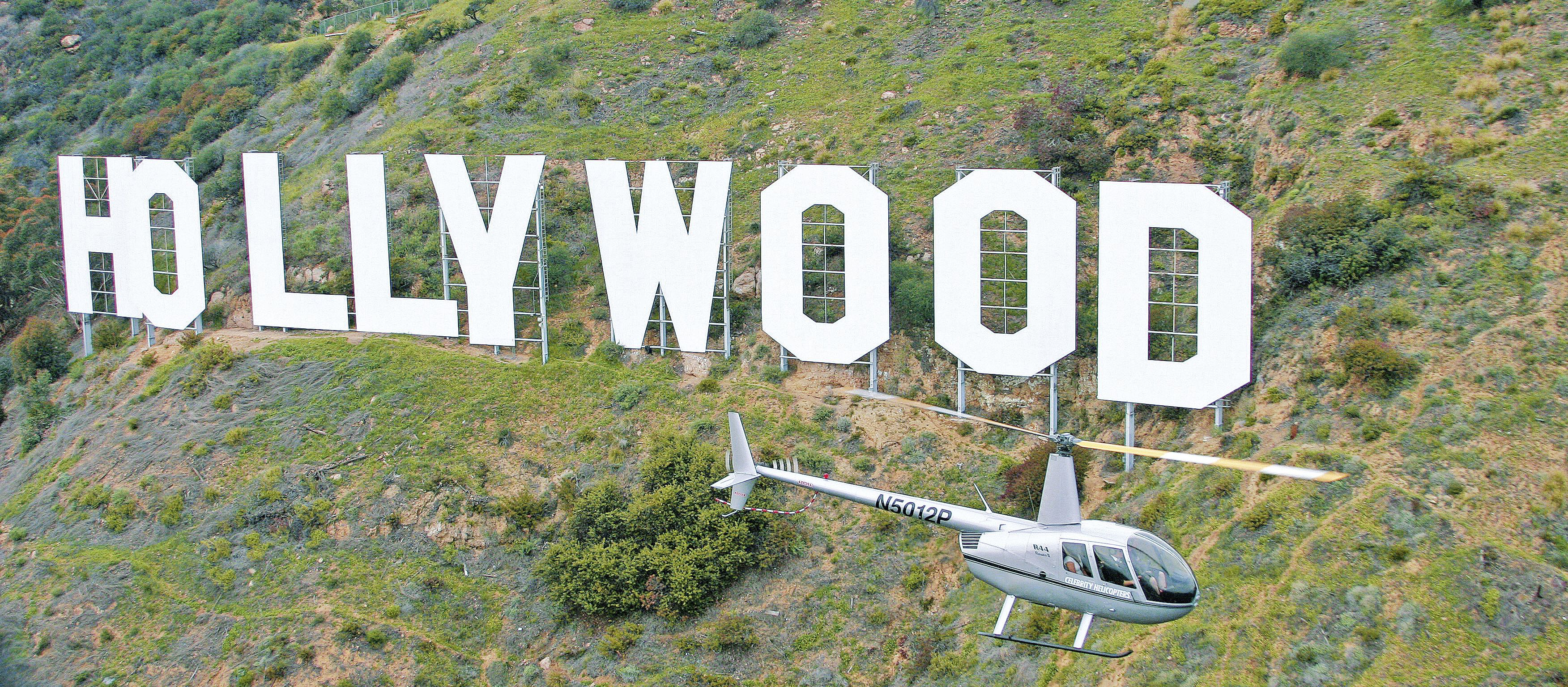 Helikopter vor Hollywood Sign
